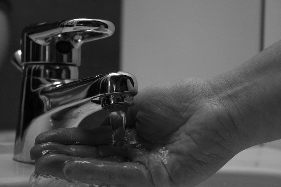 рука под струей воды из под крана